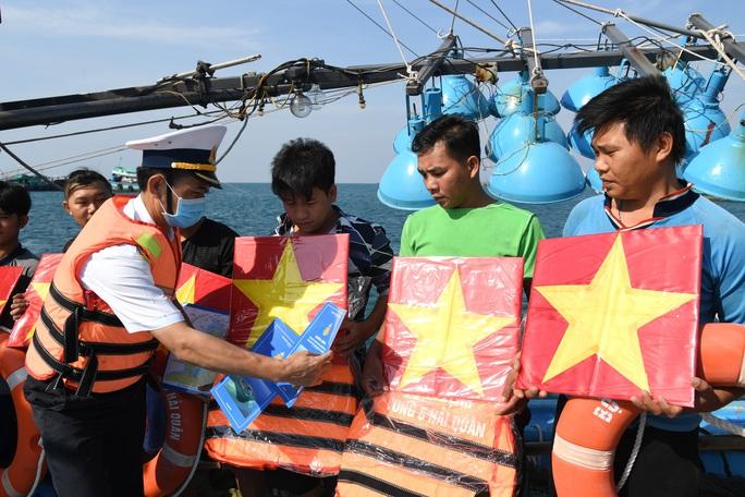 Vùng 5 Hải quân phối hợp với Báo Người Lao Động tặng cờ Tổ quốc cho ngư dân - Ảnh 2.