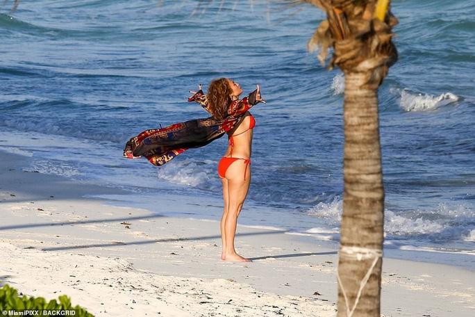 """Jennifer Lopez khoe """"đường cong"""" cuốn hút bất chấp tuổi tác - Ảnh 1."""
