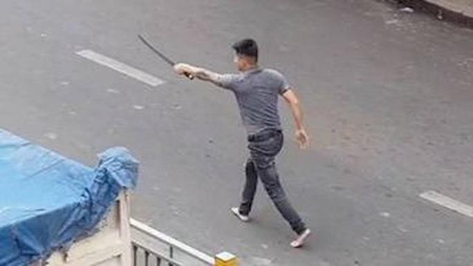 CLIP cầm hung khí đuổi đánh nhau trên đường ở Tân Phú, TP HCM - Ảnh 1.