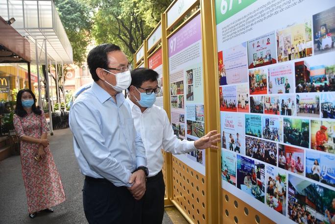 Bí thư Thành ủy TP HCM Nguyễn Văn Nên ấn tượng với Đường sách thành phố - Ảnh 1.