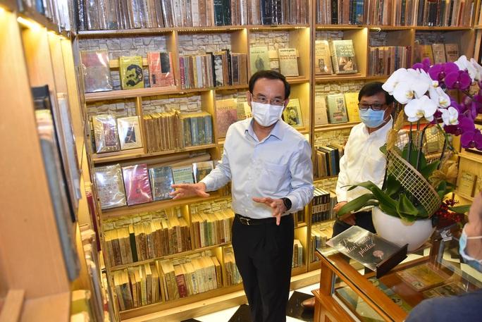 Bí thư Thành ủy TP HCM Nguyễn Văn Nên ấn tượng với Đường sách thành phố - Ảnh 2.