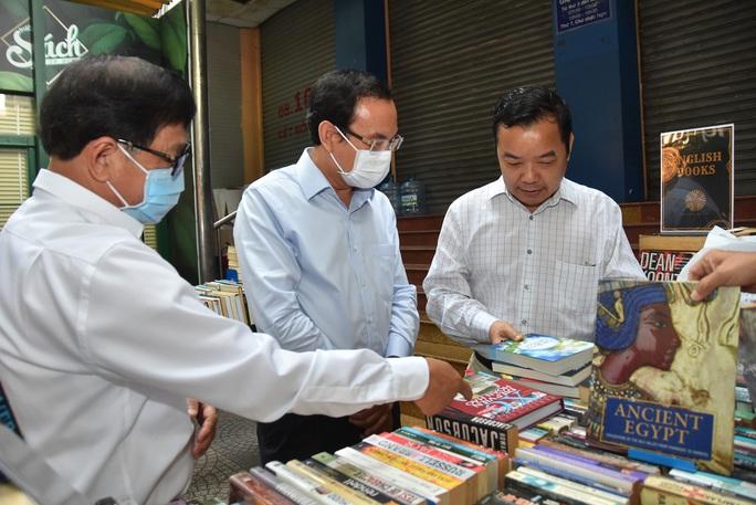 Bí thư Thành ủy TP HCM Nguyễn Văn Nên ấn tượng với Đường sách thành phố - Ảnh 3.