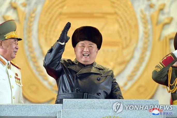 Triều Tiên khoe vũ khí mạnh nhất thế giới trong lễ duyệt binh kín tiếng - Ảnh 1.