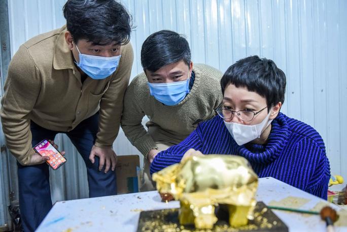 """CLIP: Những công đoạn tạo ra """"Trâu vàng khởi sinh dát vàng 24k - Ảnh 6."""