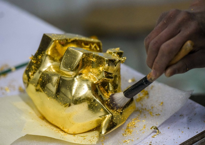 """CLIP: Những công đoạn tạo ra """"Trâu vàng khởi sinh dát vàng 24k - Ảnh 8."""