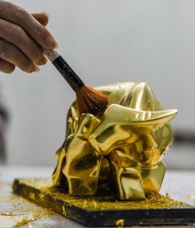 """CLIP: Những công đoạn tạo ra """"Trâu vàng khởi sinh dát vàng 24k - Ảnh 9."""
