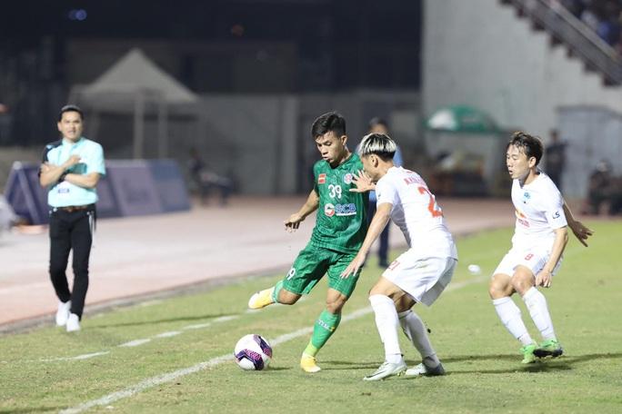 HLV Kiatisak nhận trận thua đầu tiên khi dẫn dắt HAGL tại V-League 2021 - Ảnh 2.