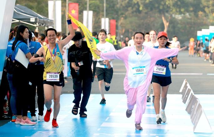 Nhà vô địch leo núi hạ sơn đăng quang Marathon TP HCM - Ảnh 1.