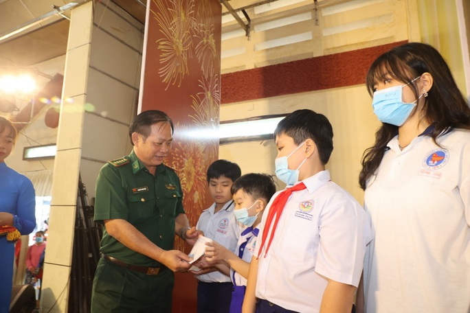 Trao cờ Tổ quốc cho ngư dân và 150 suất học bổng cho học sinh ở Tiền Giang - Ảnh 6.