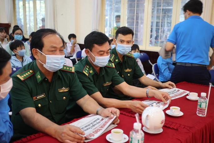Trao cờ Tổ quốc cho ngư dân và 150 suất học bổng cho học sinh ở Tiền Giang - Ảnh 8.