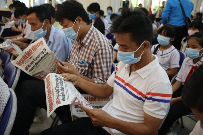 Trao cờ Tổ quốc cho ngư dân và 150 suất học bổng cho học sinh ở Tiền Giang - Ảnh 10.