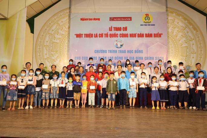 Trao cờ Tổ quốc cho ngư dân và 150 suất học bổng cho học sinh ở Tiền Giang - Ảnh 1.