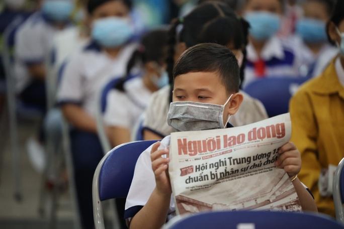 Trao cờ Tổ quốc cho ngư dân và 150 suất học bổng cho học sinh ở Tiền Giang - Ảnh 11.