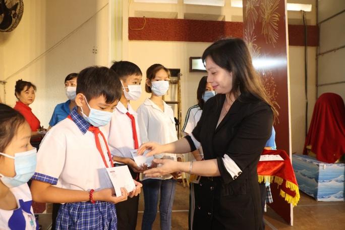 Trao cờ Tổ quốc cho ngư dân và 150 suất học bổng cho học sinh ở Tiền Giang - Ảnh 15.