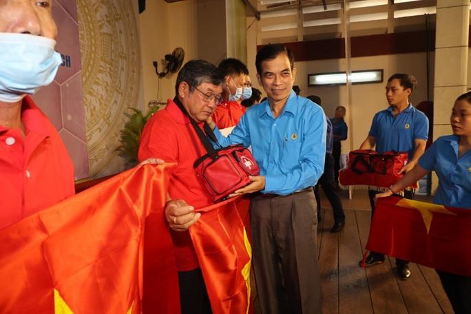 Trao cờ Tổ quốc cho ngư dân và 150 suất học bổng cho học sinh ở Tiền Giang - Ảnh 18.