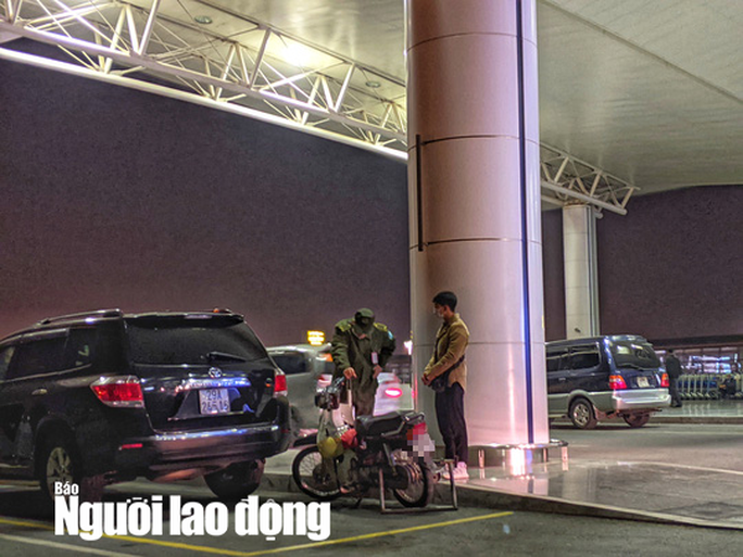 Choáng trước thanh niên phi thẳng xe máy lên tầng 3 sảnh quốc tế ở sân bay Nội Bài - Ảnh 1.