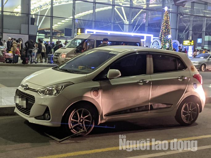 Choáng trước thanh niên phi thẳng xe máy lên tầng 3 sảnh quốc tế ở sân bay Nội Bài - Ảnh 2.