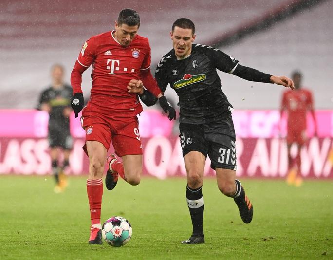Lewandowski vượt huyền thoại Gerd Muller, lập kỷ lục ở Bundesliga - Ảnh 1.