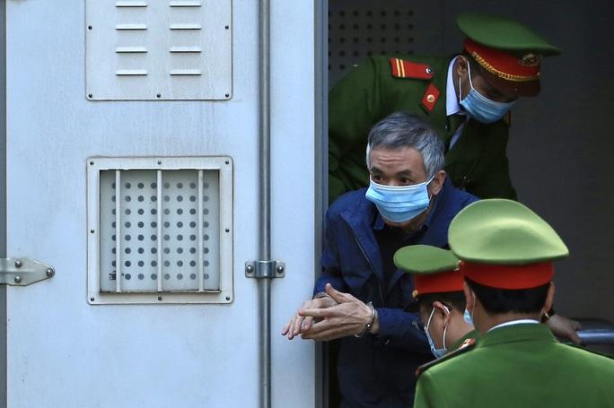 CLIP: Ông Vũ Huy Hoàng xách cặp đi xe ôtô đến hầu toà - Ảnh 3.