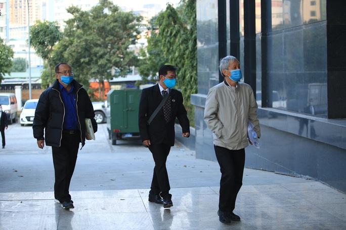 CLIP: Ông Vũ Huy Hoàng xách cặp đi xe ôtô đến hầu toà - Ảnh 4.