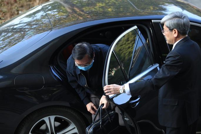 CLIP: Ông Vũ Huy Hoàng xách cặp đi xe ôtô đến hầu toà - Ảnh 6.