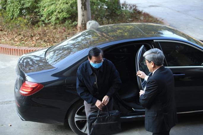 CLIP: Ông Vũ Huy Hoàng xách cặp đi xe ôtô đến hầu toà - Ảnh 7.