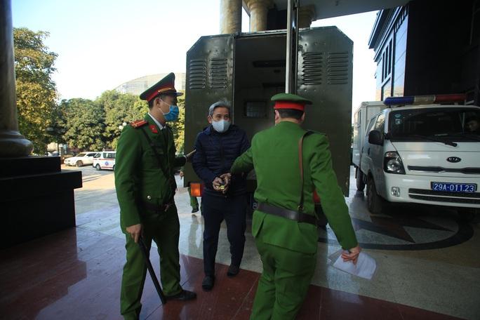 CLIP: Ông Vũ Huy Hoàng xách cặp đi xe ôtô đến hầu toà - Ảnh 5.