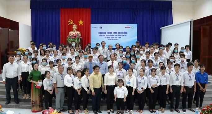 Trao 100 suất học bổng cho sinh viên tỉnh Bến Tre - Ảnh 1.