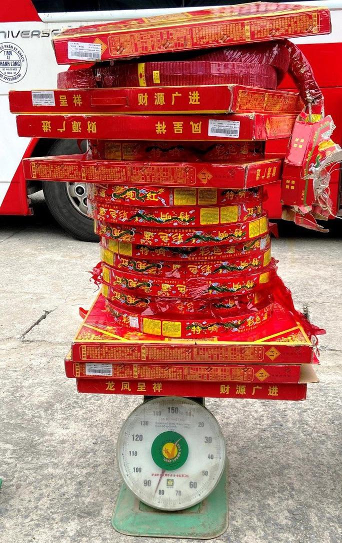 Chặn xe giường nằm, cảnh sát phát hiện 83 kg pháo nổ Trung Quốc - Ảnh 1.