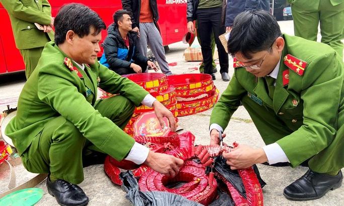 Chặn xe giường nằm, cảnh sát phát hiện 83 kg pháo nổ Trung Quốc - Ảnh 2.