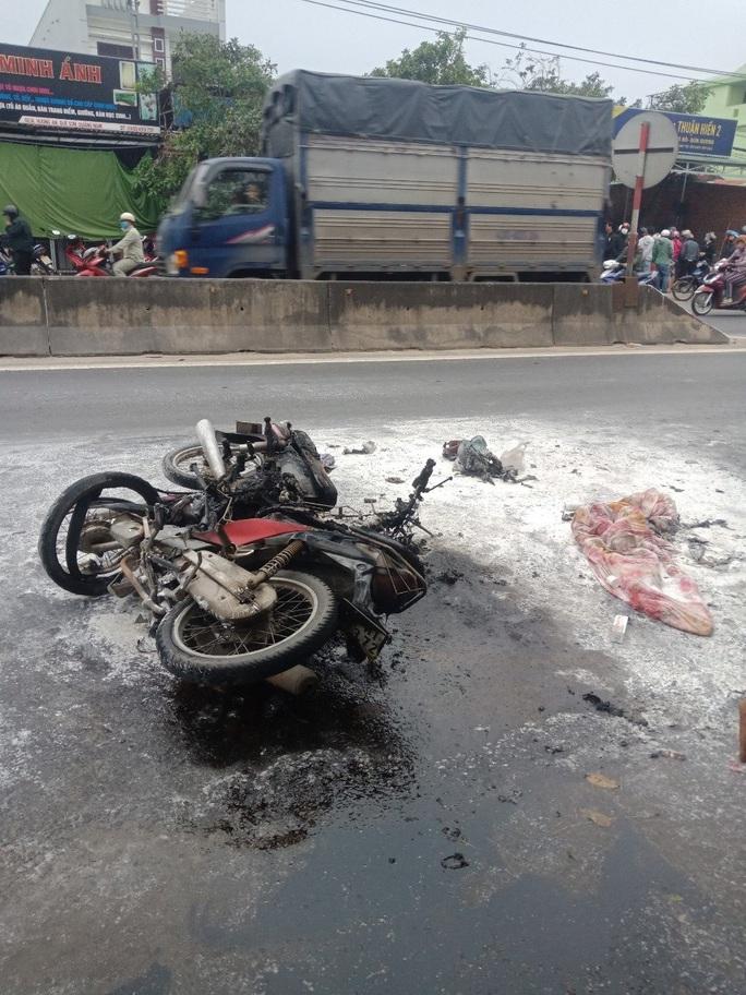 Xe máy va chạm rồi cháy dữ dội, người đàn ông ở Quảng Nam bỏng nặng - Ảnh 2.