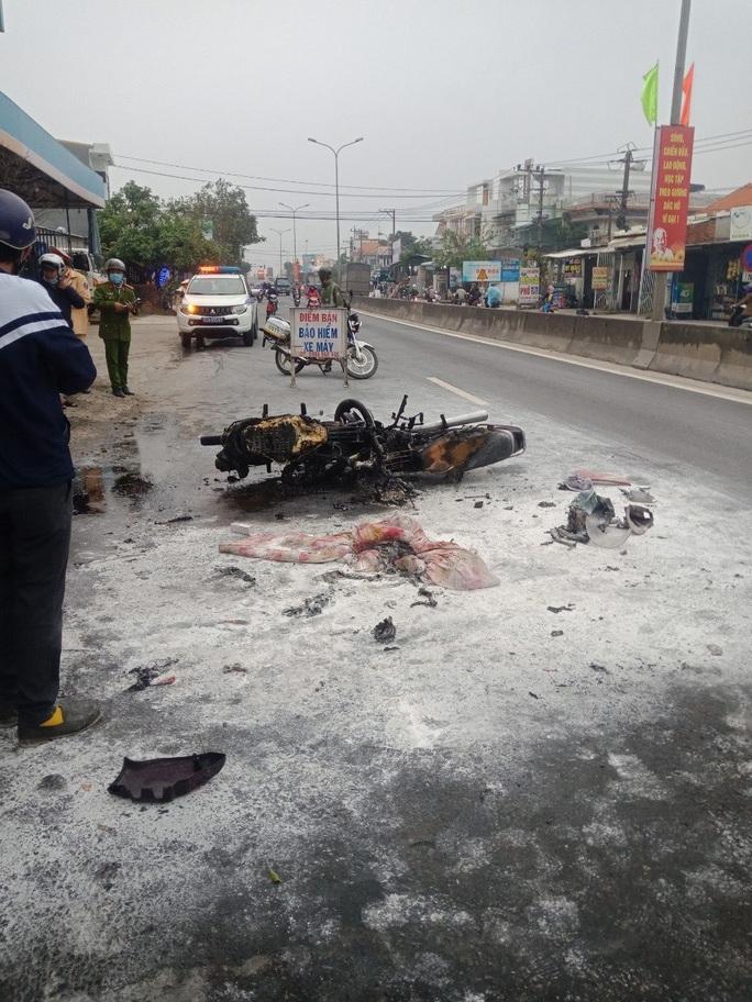 Xe máy va chạm rồi cháy dữ dội, người đàn ông ở Quảng Nam bỏng nặng - Ảnh 1.