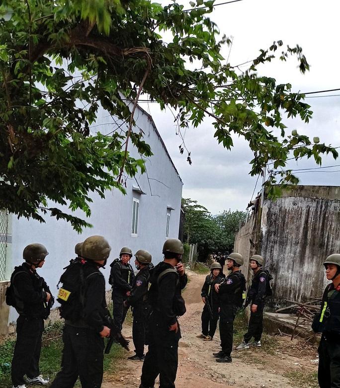 """Hàng trăm cảnh sát Bộ Công an bất ngờ đột kích ổ cờ bạc """"khủng"""" trong căn nhà hoang - Ảnh 3."""