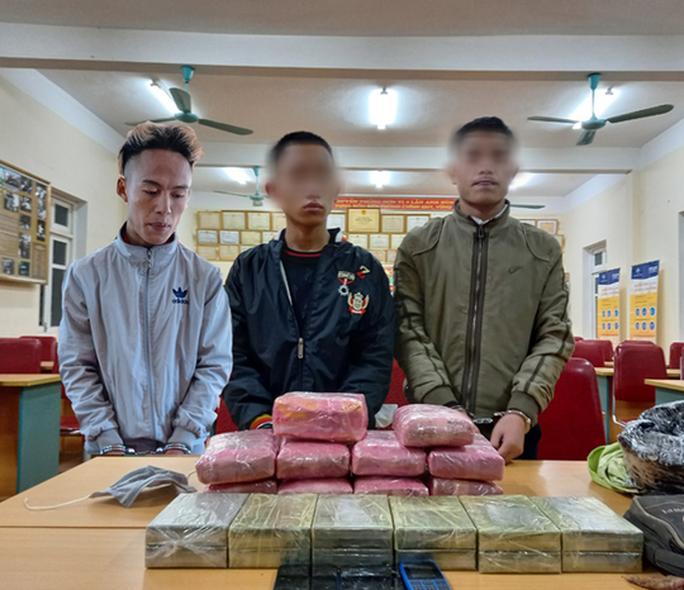 Học sinh nhận 300 triệu đồng để vận chuyển 12 bánh heroin, 54.000 viên ma túy - Ảnh 1.