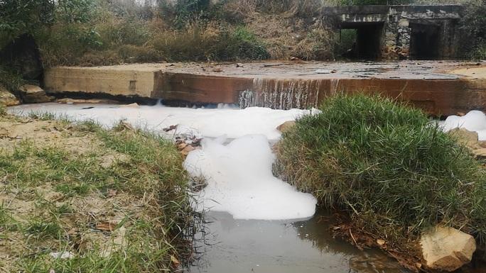 Điều tra vì sao nước suối có màu lạ, mùi hôi thối ở Bà Rịa - Vũng Tàu - Ảnh 1.
