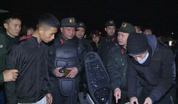 Nhóm thiếu niên choai choai chuyên tụ tập đánh võng, tạt đầu xe trêu chọc cảnh sát - Ảnh 2.
