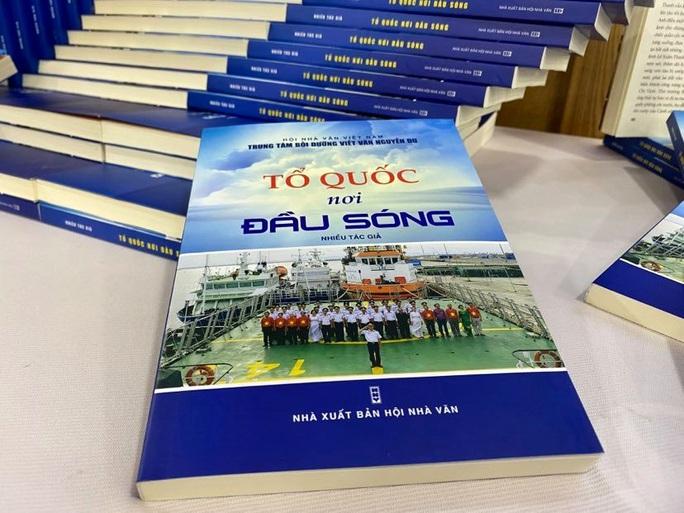 Ra mắt sách Tổ quốc nơi đầu sóng khắc hoạ hình ảnh cảnh sát biển Việt Nam - Ảnh 3.