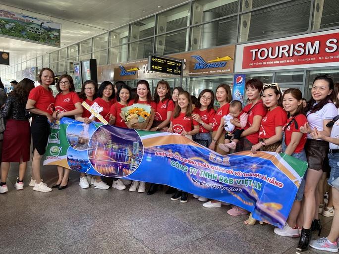 Đà Nẵng đón đoàn 700 khách du lịch đến từ Hà Nội - Ảnh 2.