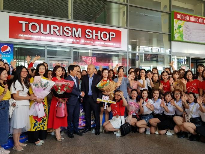 Đà Nẵng đón đoàn 700 khách du lịch đến từ Hà Nội - Ảnh 1.