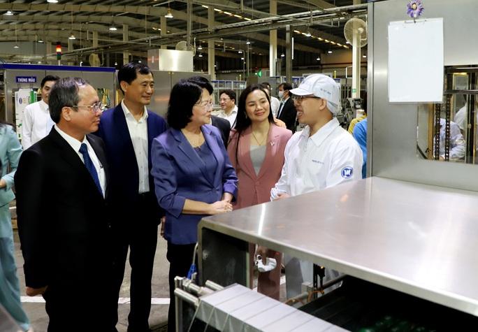 Bình Dương: Phó Chủ tịch nước Đặng Thị Ngọc Thịnh thăm, tặng quà công nhân - Ảnh 2.