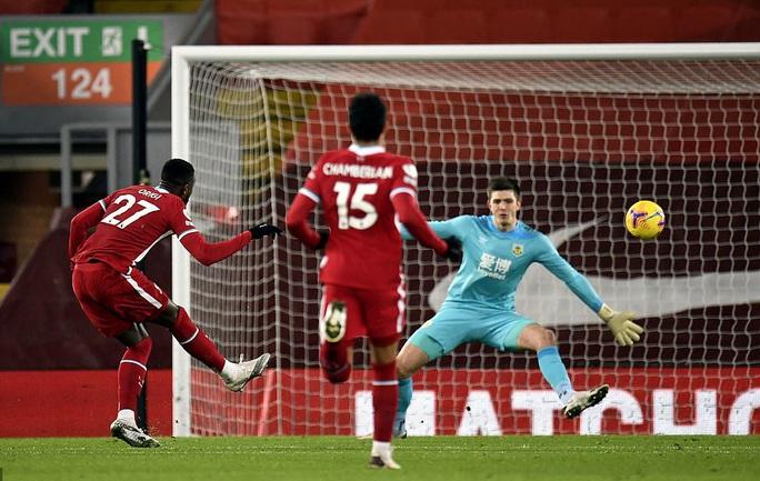 Liverpool thua sốc trên chấm phạt đền, tí hon Burnley lập kỳ tích - Ảnh 2.