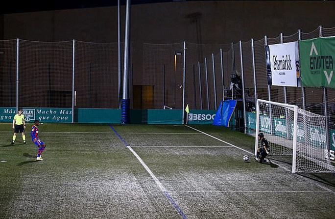 Vắng Messi, Barcelona chật vật vượt ải tí hon Cornella ở Cúp Nhà vua - Ảnh 2.