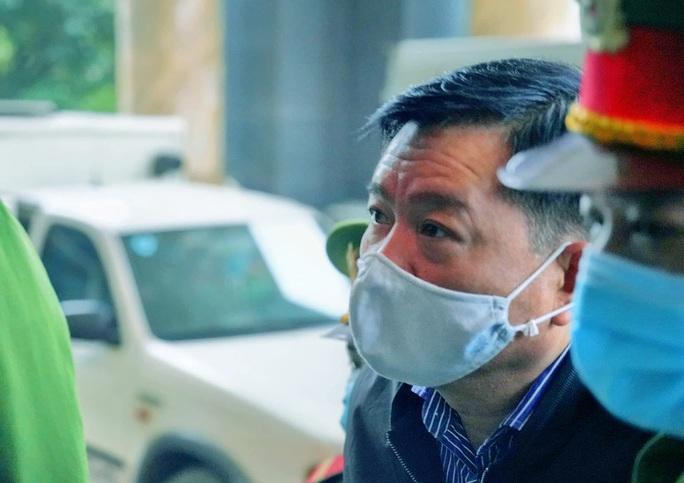 Ông Đinh La Thăng đeo khẩu trang, đến tòa bằng xe đặc chủng - Ảnh 2.