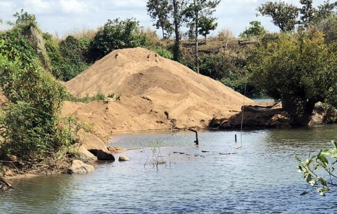 Cát tặc hỗn chiến, tranh bãi cát lậu gần UBND xã - Ảnh 1.