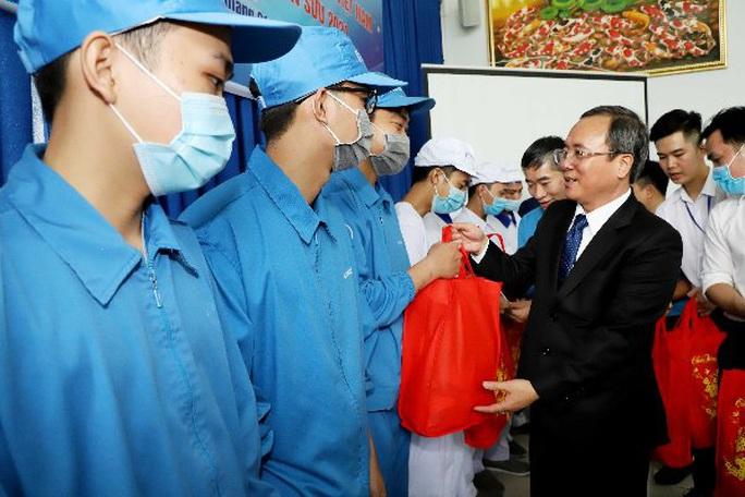 Bình Dương: Phó Chủ tịch nước Đặng Thị Ngọc Thịnh thăm, tặng quà công nhân - Ảnh 3.
