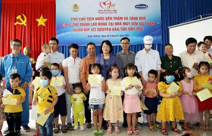 Bình Dương: Phó Chủ tịch nước Đặng Thị Ngọc Thịnh thăm, tặng quà công nhân - Ảnh 1.