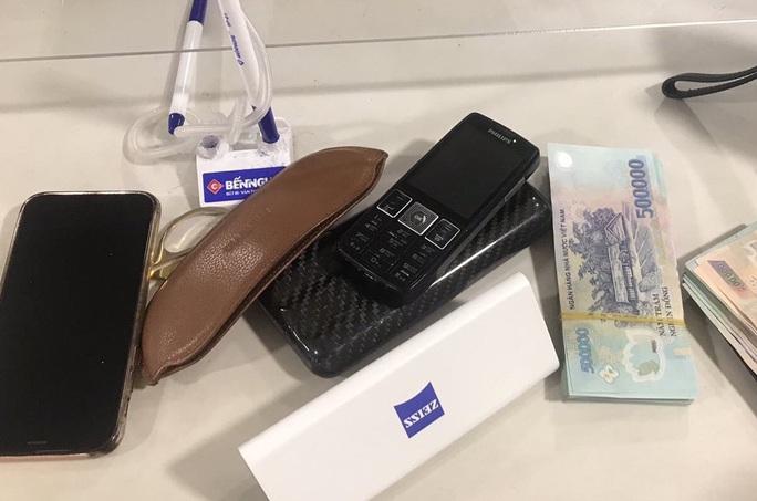 Khách bỏ quên 200 triệu đồng, điện thoại và giấy tờ trên ghế máy bay - Ảnh 1.