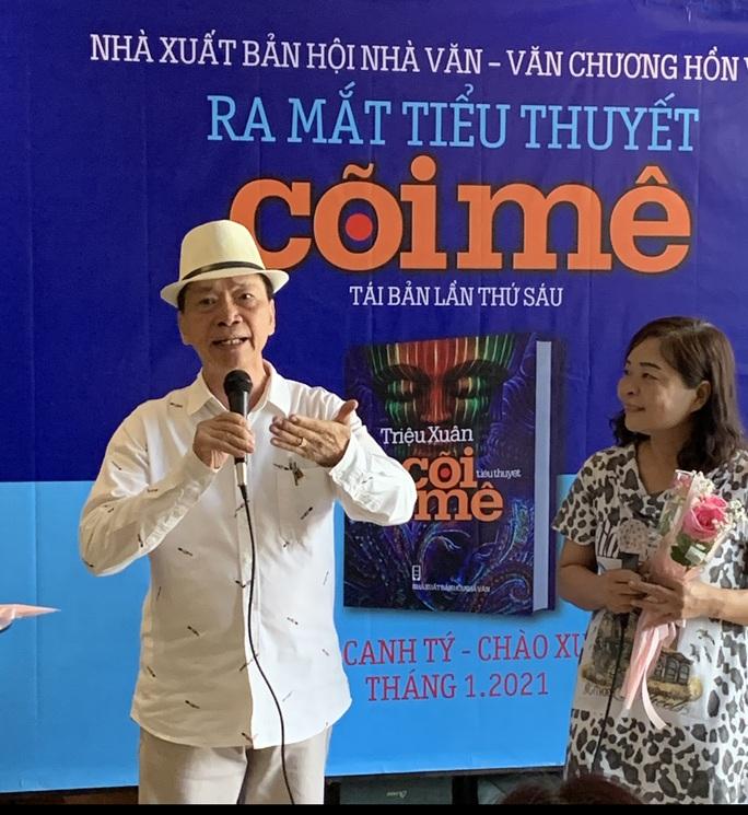 """Nhà văn Triệu Xuân ra mắt """"Cõi mê"""" tái bản lần thứ 6 - Ảnh 1."""