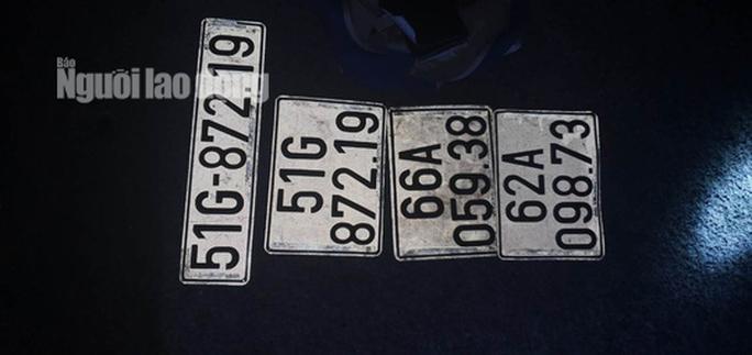 Truy bắt 2 vợ chồng bỏ ô tô biển số giả trên cao tốc chạy thoát thân - Ảnh 4.