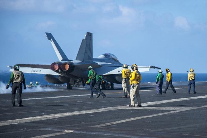 Trung Quốc điều chiến đấu cơ khi tàu sân bay Mỹ vào biển Đông - Ảnh 1.